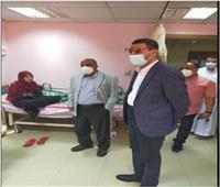 قيادات مستشفيات أسوان الجامعي يزورون المرضى ويقدمون لهم التهنئة بالعيد