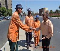 رئيس نظافة القاهرة يوزع العيدية على عمال جمع القمامة