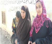 بالصور.. توافد أهالي المنيا على زيارة المقابر في أول أيام عيد الفطر المبارك