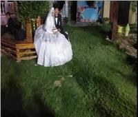 للهروب من إجراءات كورونا.. «إسلام» يحتفل بزفافه «أون لاين»|صور