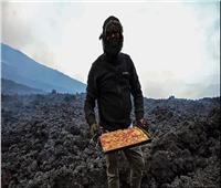 مغامر يطهو «البيتزا» على الحمم البركانية  صور وفيديو