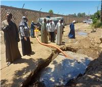 إصلاح كسر بخط المياه الرئيسى لقرية النجوع بإسنا
