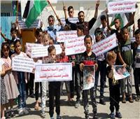 أطفال فلسطينيون يتظاهرون أمام «الأونروا» تنديدا بجرائم الاحتلال في غزة  صور