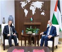 سفير مصر برام الله ينقل لرئيس الوزراء الفلسطيني رسالة تضامن للأشقاء