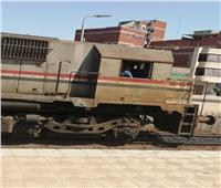 صور لطفل داخل «قمرة القيادة» بأحد القطارات في الغربية