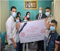 الخشت يقدم هدايا الرئيس السيسي لأسر شهداء القطاع الطبي| فيديو