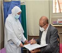 رئيس جامعة أسيوط السابق يتلقى الجرعة الثانية من لقاح فيروس كورونا