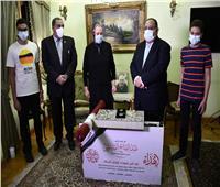 رئيس جامعة حلوان يزور أسرة الشهيد عمرو عبد العظيم لتقديم هدية الرئيس