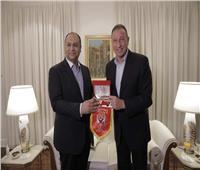 الخطيب يهدي درع الأهلي إلى السفير المصري بجنوب إفريقيا