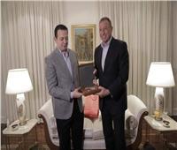 السفير المصري بجنوب إفريقيا يهدي الخطيب خريطة القارة السمراء