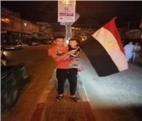 أبناء غزة يحتفلون بوقف إطلاق النار برفع العلم المصري