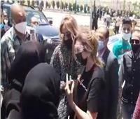 «أعراض كورونا لم تنتهي».. يسرا في جنازة الراحل سمير غانم بمسجد المشير