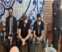صور  حماقي وعمرو يوسف في عزاء سمير غانم بمقابر العائلة  فيديو