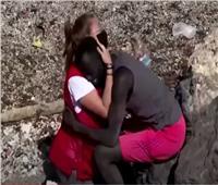 ناشطة بالصليب الأحمر تعانق مهاجر وتشعل موجة تنمر | فيديو