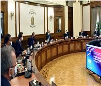 رئيس الوزراء يشهد تطعيم المواطنين ضد فيروس كورونا بمركز أرض المعارض