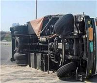 مصرع شخص وإصابة آخر إثر انقلاب سيارة نقل بالطريق الساحلي بالدقهلية