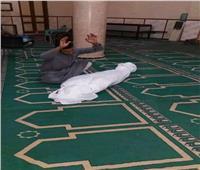 شاب يضع صديقه في كفن بمسجد بالمنيا .. ورد حاسم من الأوقاف | صور