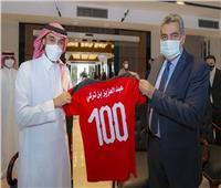 أحمد مجاهد يهدي رئيس الاتحاد العربي قميص الفراعنة