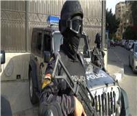 عاطل يجرد شخص من ملابسه ويعتدي عليه بالضرب في الإسكندرية