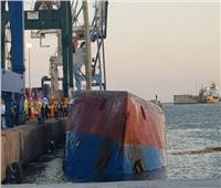 انقلاب سفينة شحن في ميناء إسباني وفقدان اثنين من طاقمها