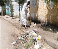 خلال جولة مفاجئة..محافظ قنا يكافئ مواطنا تطوع بتنظيف الشارع
