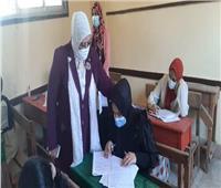 وكيل «تعليم كفر الشيخ» تؤازر طالبة توفيت والدتها قبل الامتحان