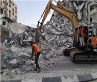 فلسطينيون يحتفلون باستقبال المعدات المصرية أمام معبر رفح لبدء إعمار غزة