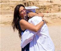 ياسمين عبد العزيز تحتضن ابنتها أمام الأهرامات احتفالا بتخرجها