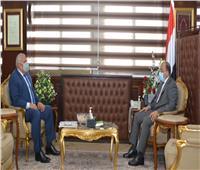 وزير التنمية المحلية يناقش معمحافظ الوادي الجديد مشروعات «حياة كريمة»