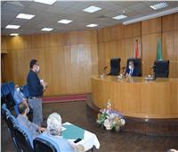 محافظ المنيا يناقش أعمال توصيل المرافق لـ 78 عمارة