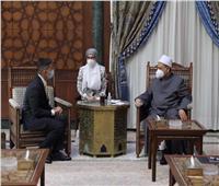 الإمام الطيب: الأزهر يعتز بطلابه وخريجيه ولن يتأخر في تقديم كافة أوجه الدعم لهم
