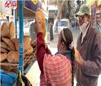 «رحمة» ملاك صغير.. تساعد والدها في بيع الخبز