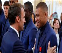 رئيس فرنسا يطالب مبابي بالبقاء في سان جيرمان