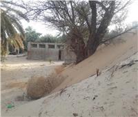 الكثبان الرملية تهدد إحدى قرى الوادى الجديد.. والأهالى ينتظرون تدخل المحافظ   فيديو