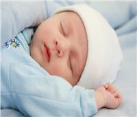 متى يبدأ الطفل بالنوم طوال الليل؟