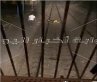 مواطن يفترش السكة محاولًا الانتحار.. وقائد القطار يتفادى الحادث| فيديو