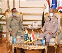 وزير الدفاع يلتقي رئيس هيئة الأركان المشتركة الباكستانية خلال زيارته الرسمية لمصر