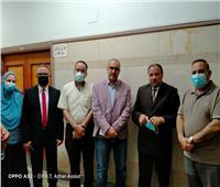نائب رئيس جامعة الأزهر يزور الطالبتين المصابتين للاطمئنان على صحتهما
