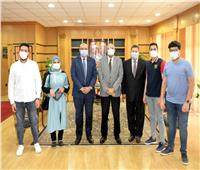 جامعة المنصورة تكرم 3 طلاب عثروا على مبلغ مالي كبير