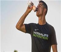 كريستيانو رونالدو يدعو لاستبدال المشروبات الغازية بالمياه