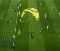 يورو2020| «مشجع المظلة» أصاب العديد من الأشخاص