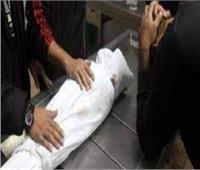 مصرع طفلة سقطت من يد والدتها بكرداسة