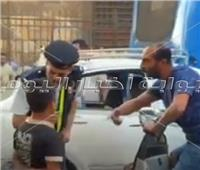 فيديو  أمين شرطة «يجبر بخاطر» طفل بعدما صفعه شاب على وجهه بالعتبة
