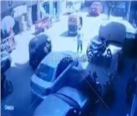 شاهد| أمام المارة.. قائد ملاكي يدهس طبيبة لملامستها المرآة الخاصة بسيارته أثناء سيرها