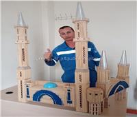 استخدم 8 آلاف قطعة.. مصري يبدع في صناعة مجسم لمسجد من أعواد الخشب| صور