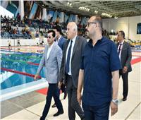 وزير الرياضة المصري ونظيره الفلسطيني يشهدان بطولة الجمهورية للسباحة