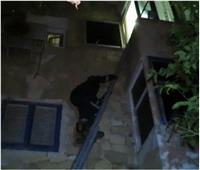 قوات الحماية المدنية تساعد سيدة محتجزة بالخروج من مسكنها