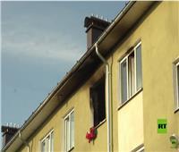 إنقاذ 3 أطفال من شقة مشتعلة في روسيا | فيديو