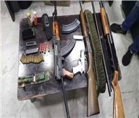 ضبط أسلحة نارية ومخدرات بحوزة 5 متهمين في أسوان