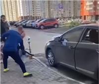 شاب يعتدي على فتيات بسبب الأرجيلة في روسيا | فيديو